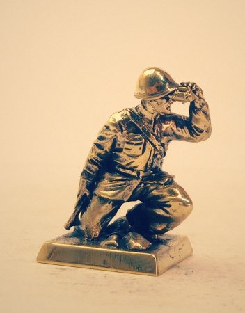 6.Старший лейтенант с автоматом ППД.