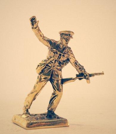 4.Лейтенант с автоматом ППД.